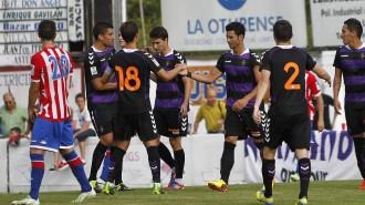 Los futbolistas pucelanos felicitan a Javi Guerrra tras el tanto conseguido (Norte de Castilla)