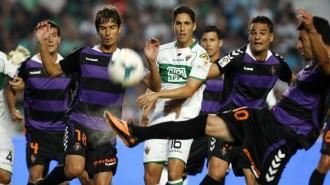 Jugadores de Elche y Real Valladolid en una jugada del partido (AS.com)