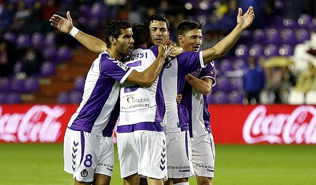 Javi Guerra celebra su gol rodeado de tres compañeros (Marca)