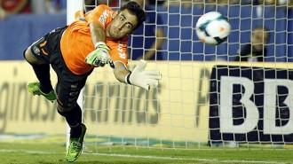 Diego Mariño en el momento de detener el penalti del Levante (Marca)