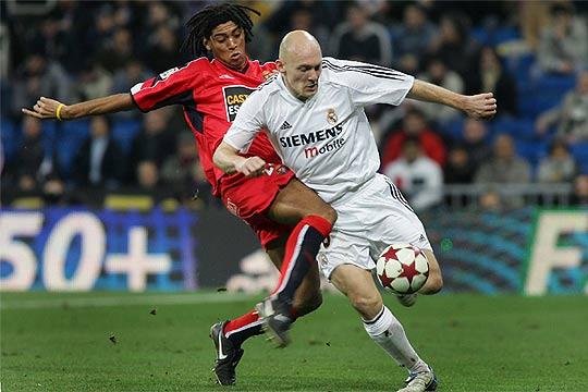 Ivan Zarandona lucha con Gravesen durante aquel partido (ElPaís)