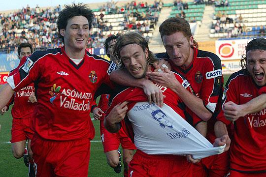 Los jugadores pucelanos dedican un gol al delantero uruguayo (El País)