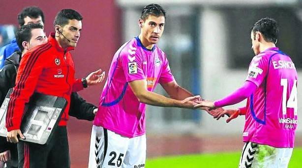Samuel Llorca, sustituyendo a Emilio Sánchez, en su debut con el Deportivo Alavés (Noticias Alava)