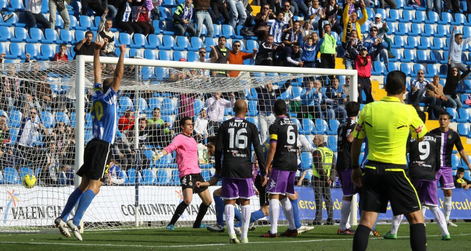 Momento del partido en Alicante en el que Jaime recibe el segundo gol del Hércules (El Norte de Castilla)