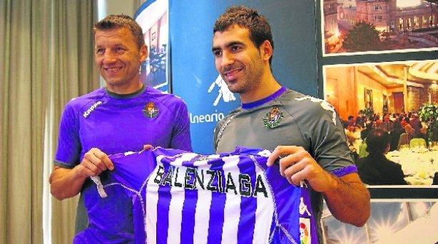 Mikel Balenziaga, junto a Miroslav Djukic, en su presentación como jugador blanquivioleta (Deia)