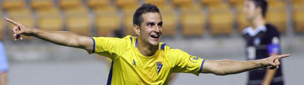 Juan Villar, nuevo jugador blanquivioleta, celebra uno de los últimos tantos anotados con el Cádiz (Portal Cadista)