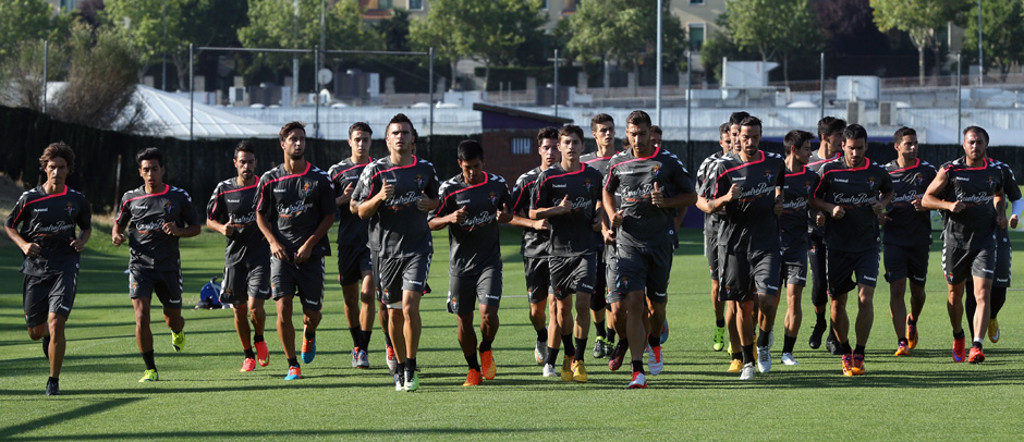 Lo jugadores del Real Valladolid calientan en el inicio de a sesión número 12 de esta pretemporada (RealValladolid.es)