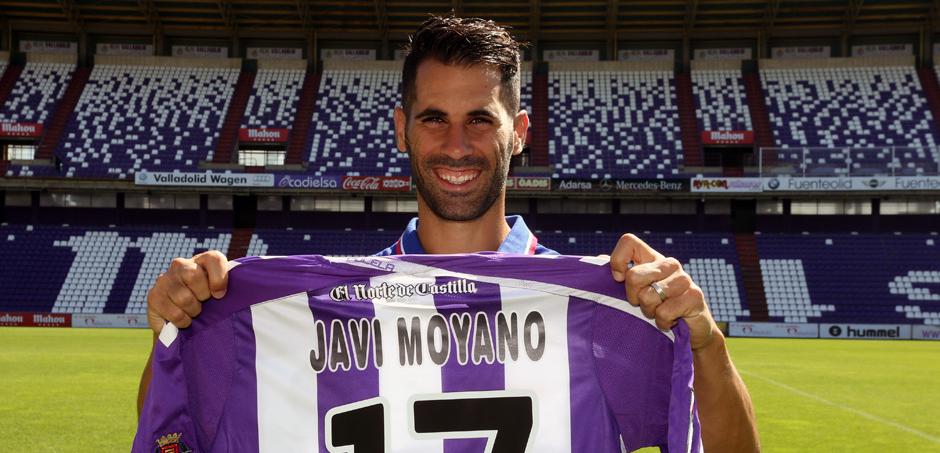 Javi Moyano, sonriente, durante su presentación como jugador del Real Valladolid en el estadio José Zorrilla (RV.es)