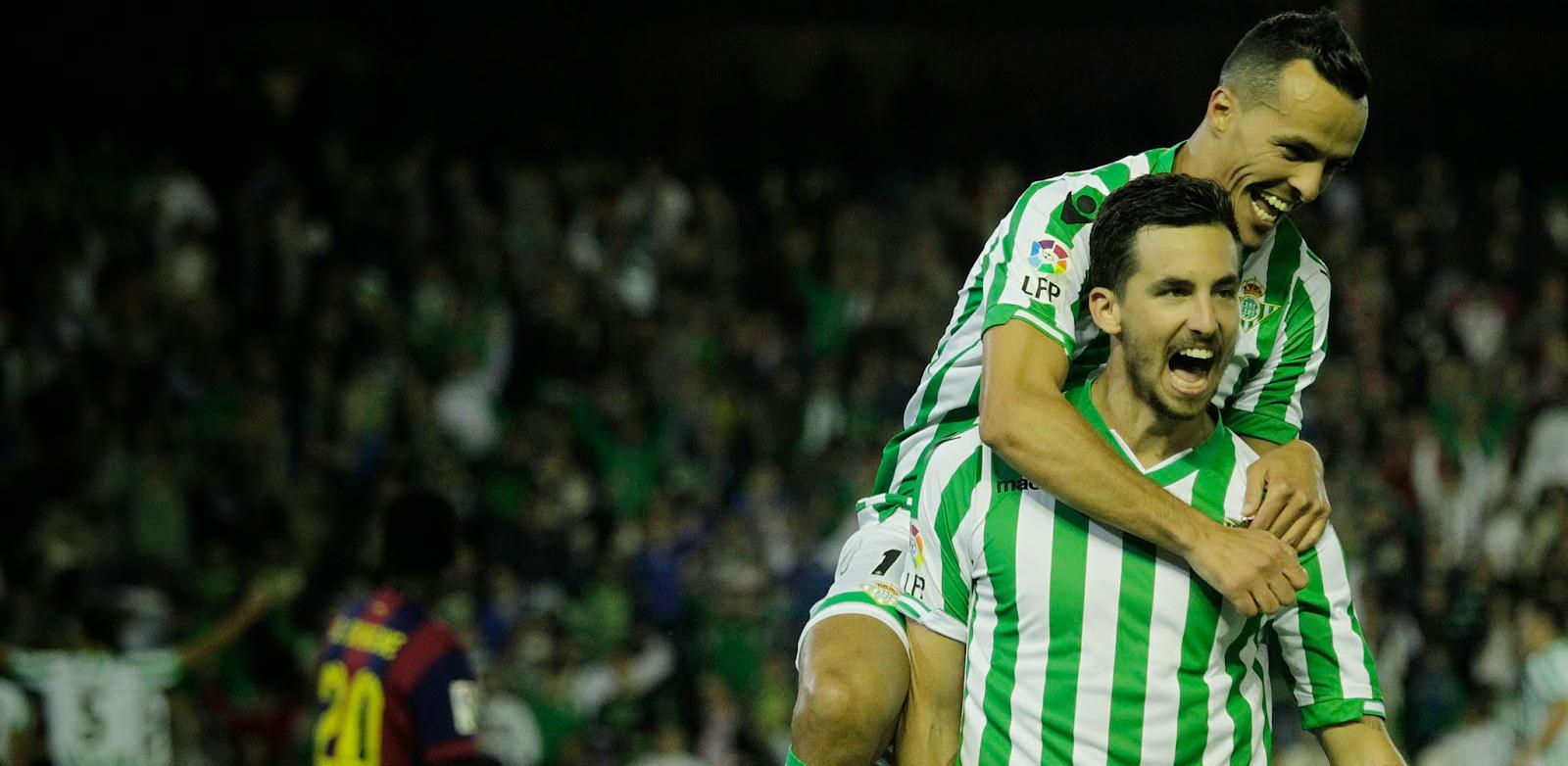 Vincezo Rennella es felicitado por un compañero tras asistir  a Rubén Castro en un gol ante el Fútbol Club Barcelona B (TreceBarras13)