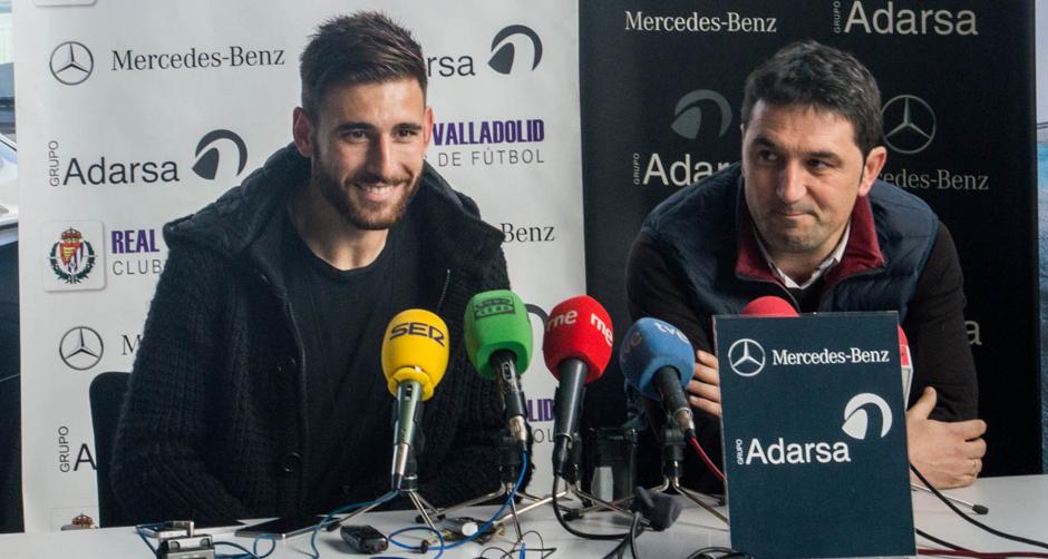 Nikos Karampelas en su presentación blanquivioletajunto a Braulio Vázquez (RealValladolid.es   Andrés Domingo)
