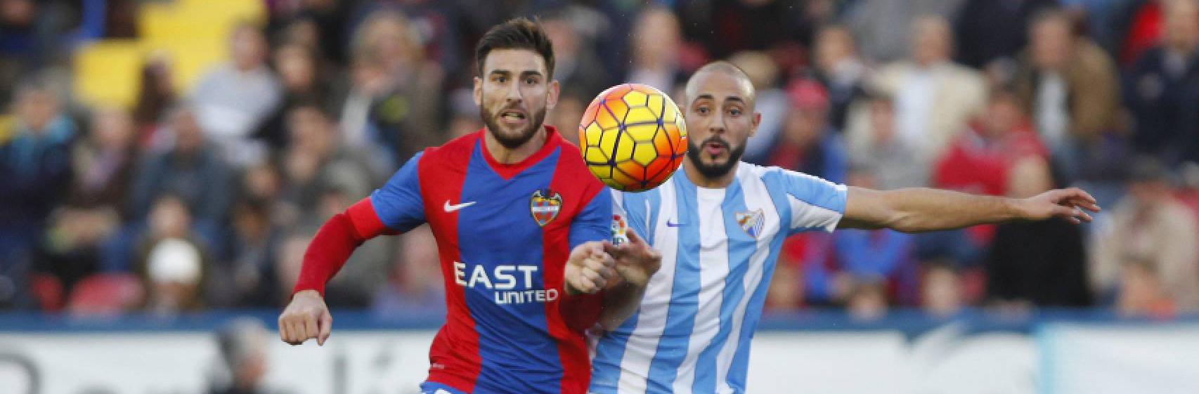 Nikos Karabelas pugna por un balón con Amrabat esta temporada en su único encuentro liguero con el Levante (ElDesmarque)