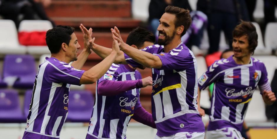 Borja Fernández felicita a Óscar González tras su gol con la presencia de Álvaro Rubio (RealValladolid.es)