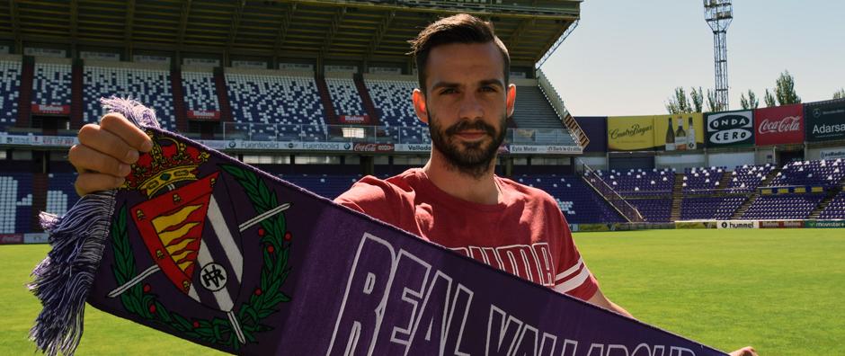 Alberto Guitián posa con una bufanda del Real Valladolid en su presentación en el José Zorrilla (Andrés Domingo | RV.es)