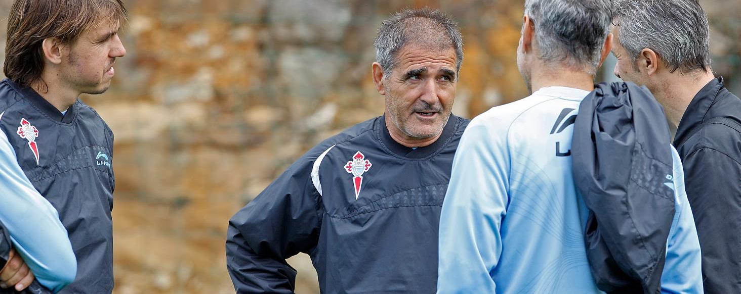 Paco Herrera habla con sus ayudantes tras un entrenamiento en su época del Celta de Vigo (Marca)