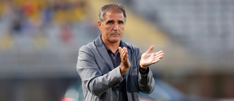 Paco Herrera aprueba una de las decisiones e sus jugadores durante uno de  sus últimos partidos en Las Palmas (Marca)
