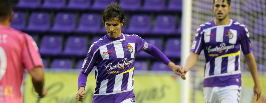Álvaro Rubio se hace con un balón en uno de los partidos de la última temporada (RV.es)