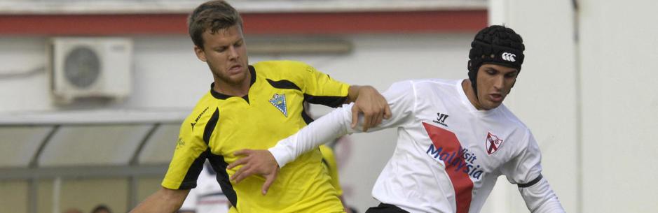 Luismi Sánchez, a la derecha con chichonera, durante un partido con el Sevilla Atlético ante el Marbella (Marca)