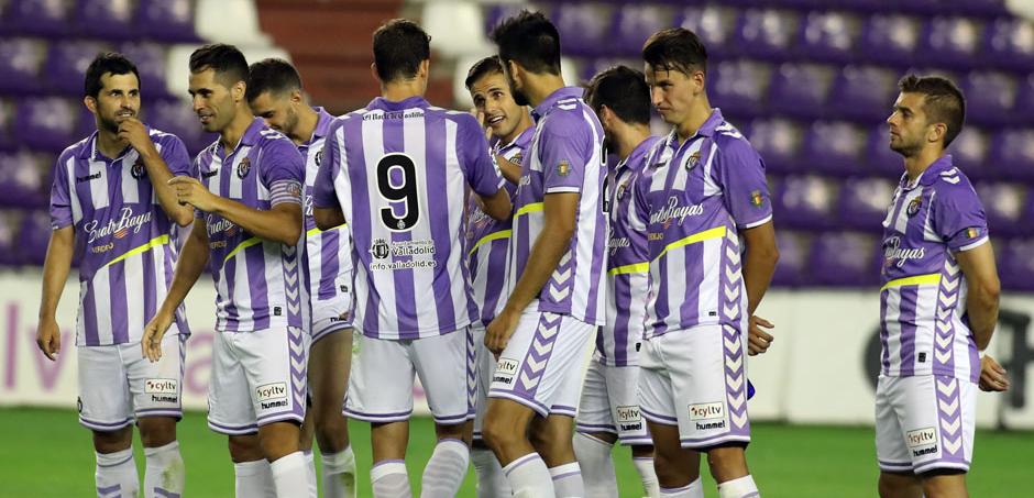 Los jugadores pucelanos dialogan instantes antes del lanzamiento de los penaltis (RealValladolid.es)