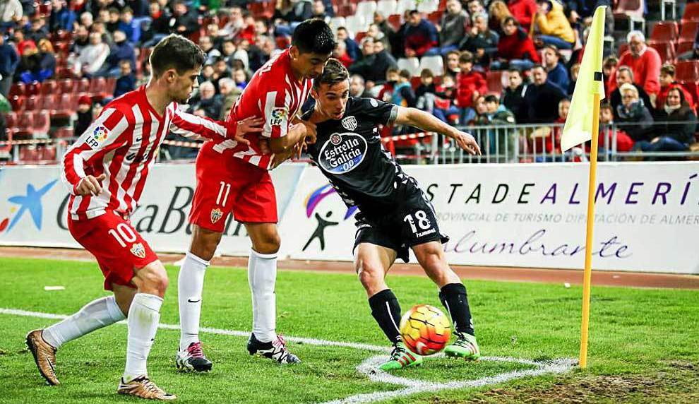 Sergio Marcos protege el balón en un lance del partido que disputó este año en Almería (Marca)