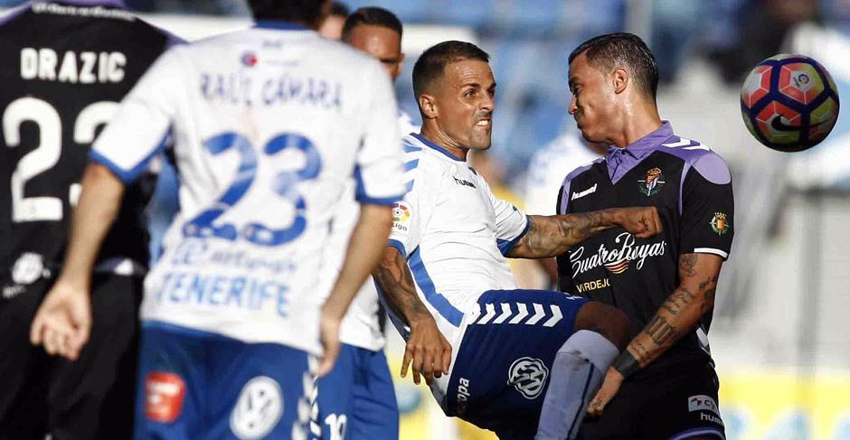Raúl de Tomas pelea un balón ante Vitolo en los instantes finales del partido disputado en el Heliodoro Rodríguez López(RV.es)