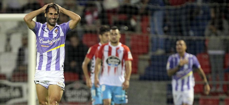 Javi Moyano, desesperado e irónico, se lamenta tras una decisión del árbitro  en el Anxo Carro de Lugo (RealValladolid.es)