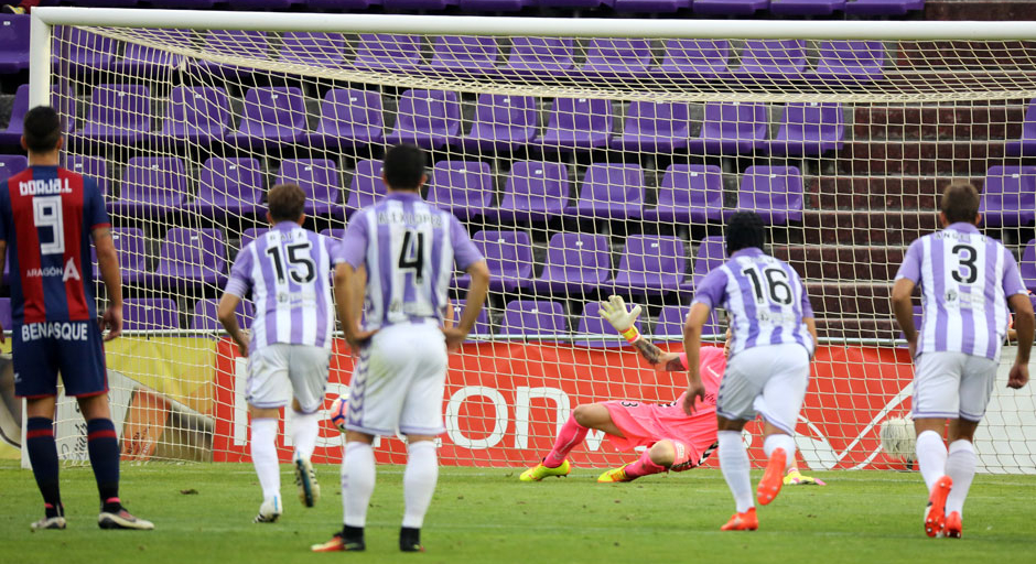Isaac Becerra recibe el segundo tanto del partido ante la Sociedad Deportiva Huesca <em><strong>(RealValladolid.es)</strong></em>