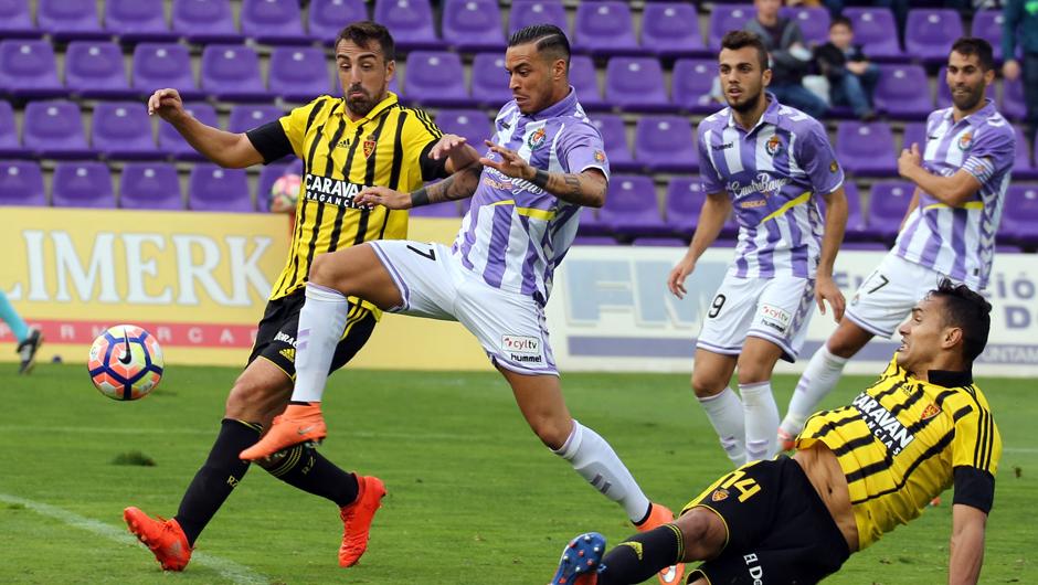 Raúl De Tomás, con la marca de Jose Enrique, intenta rematar un balón suelto el área zaragocista <em><strong>(RealValladolid.es)</strong></em>
