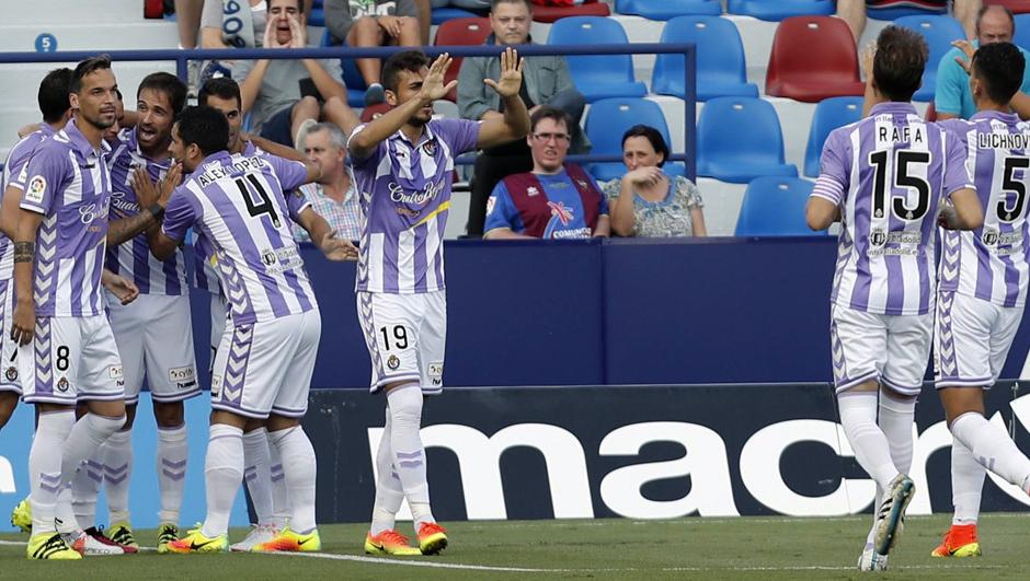 Los jugadores pucelanos celebran el primer gol anotado en el Ciutat de Valencia ante el Levante <em><strong>(RealValladolid.es)</strong></em>