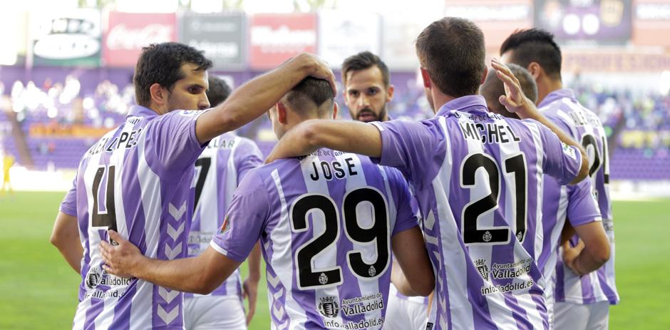 Los jugadores pucelanos felicitan a José Arnáiz tras uno de sus goles al Alcorcón <em><strong>(RealValladolid.es)</strong></em>