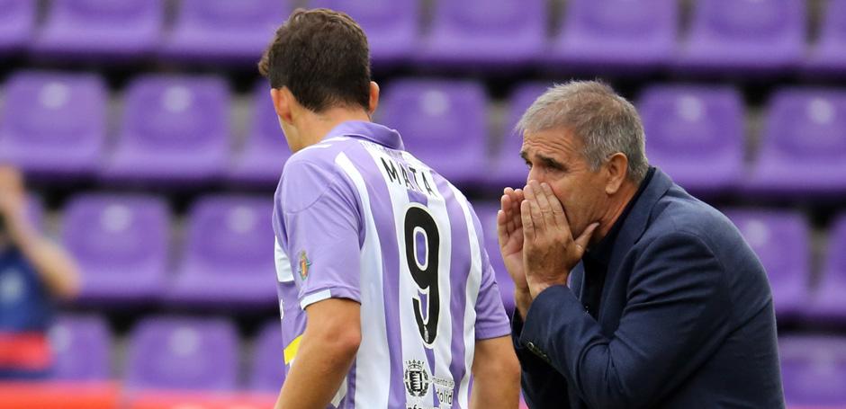 Paco Herera habla con Jaime Mata durante uno de los recientes encuentros del equipo en el José Zorrilla <em><strong>(RealValladolid.es)</strong></em>