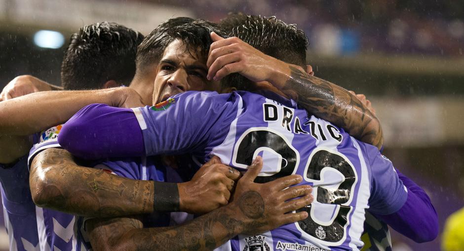 Ibán Salvador y Raúl de Tomás, entre otros, se abrazan con Dejan Drazic tras el primer gol del serbio <em><strong>(RealValladolid.es)</strong></em>