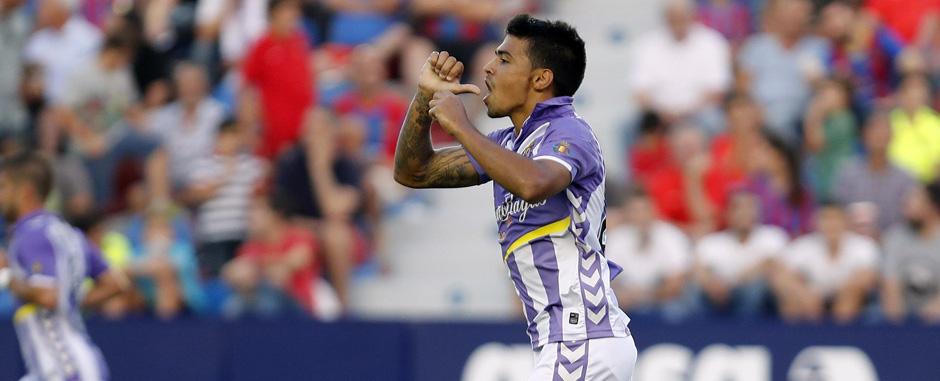 Ibán salvador celebra este domingo, en el Ciutat de Valencia, su primer gol oficial como blanquivioleta <em><strong>(RealValladolid.es)</strong></em>