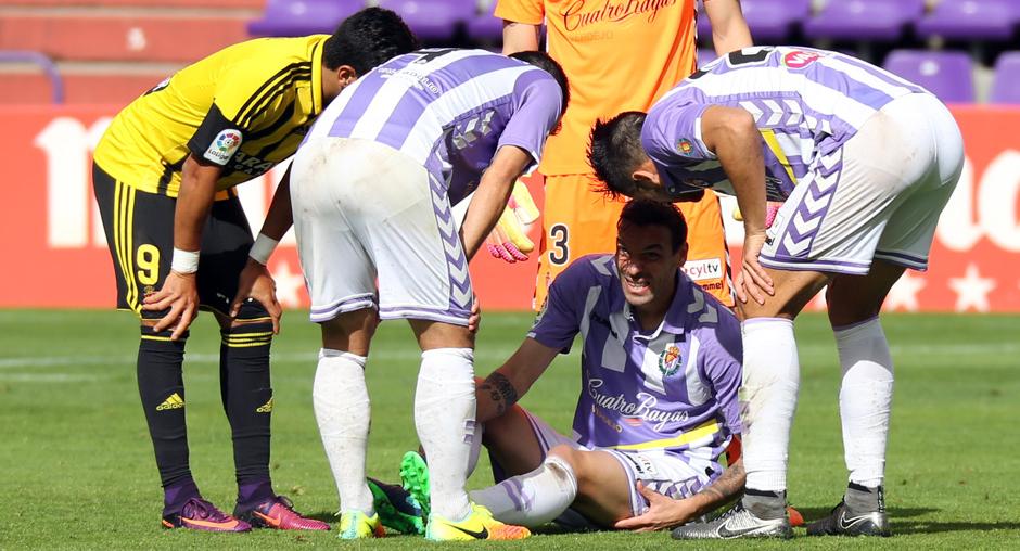 André Leão, en el suelo, tras sufrir la lesión en el duelo ante el Real Zaragoza (RealValladolid.es)