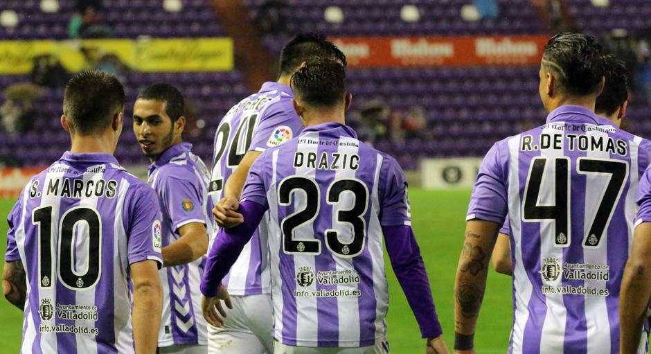 Los jugadores pucelanos celebran el primer gol en la eliminatoria copera ente el Club Deportivo Tenerife <em><strong>(RealValladolid.es)</strong></em>