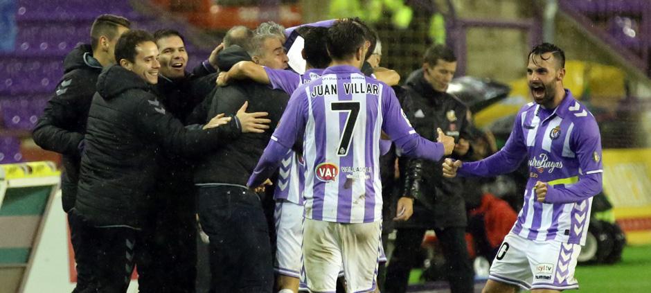 Los jugadores pucelanos celebran junto al banquillo el definitivo tanto de Joan Jordán ante el Sevilla Atlético <em><strong>(RealValladolid.es)</strong></em>
