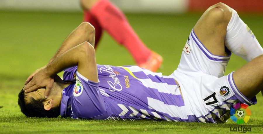 Alex López se lamenta sobre el césped de Zorrilla tras una ocasión marrada en el tramo final del partido <em><strong>(LaLiga)</strong></em>