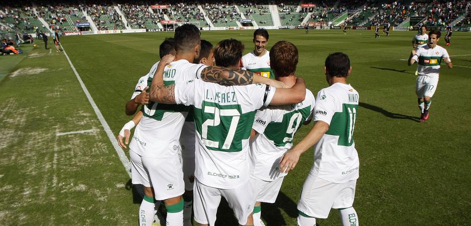 Los jugadores ilicitanos celebran el primer gol anotado por Alex Fernández al Real Valladolid el sábado<em><strong>(LaLiga)</strong></em>