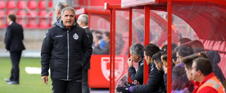 Paco Herrera habla con el banquillo del Real Valladolid durante el partido en Soria <em><strong>(RealValladolid.es)</strong></em>