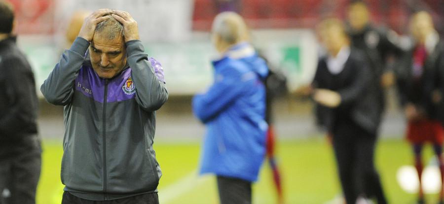 Paco Herrera se lleva las manos a la cabeza tras el definitivo gol de Manu del Moral en Los Pajaritos <em><strong>(LaLiga)</strong></em>