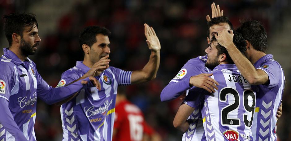 José Arnáiz es felicitado por sus compañeros tras el primer gol del Real Valladolid en Mallorca (LaLiga)