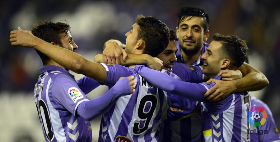Los jugadores del Real Valladolid abrazan a Jaime Mata tras el segundo gol del delantero madrileño <em><strong>(LaLiga)</strong></em>