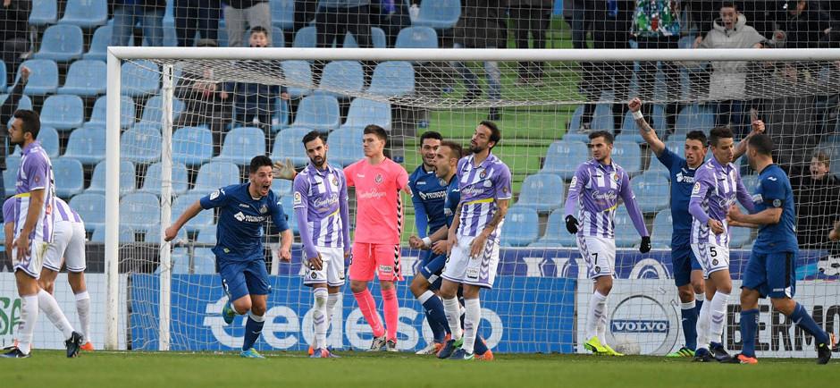 Los jugadores del Getafe celebran el tanto de Paul Ntonante la mirada y frustración del Real Valladolid <em><strong>(LaLiga)</strong></em>