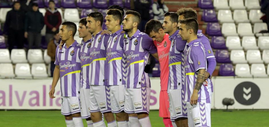 Los jugadores pucelanos durante el minuto de silencio en homenaje a las víctimas del Chapecoense <em><strong>(RealValladolid.es)</strong></em>