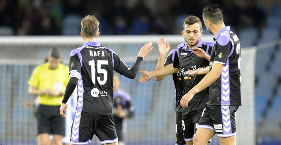 Joan Jordán saluda a Rafa López y Alex Pérez tras el tanto del empate en Anoeta <em><strong>(RealValladolid.es)</strong></em>