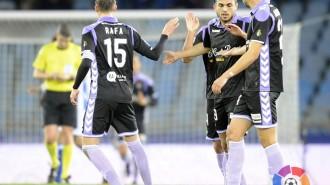 Joan Jordán saluda a Rafa López y Alex Pérez tras el tanto del empate en Anoeta (RealValladolid.es)