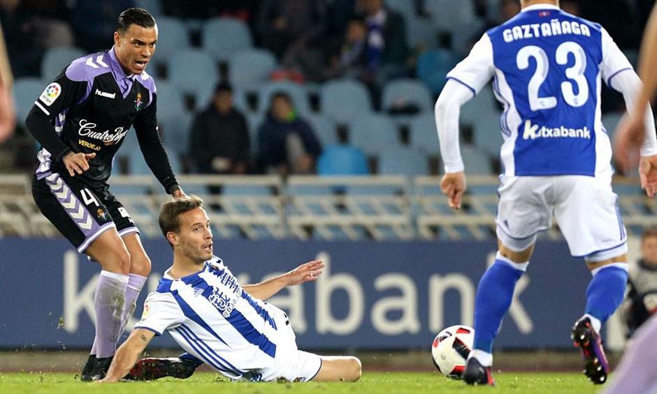 Raúl de Tomás pelea en Anoeta un balón ante la presencia cercana de Sergio Canales <em><strong>(RealValladolid.es)</strong></em>