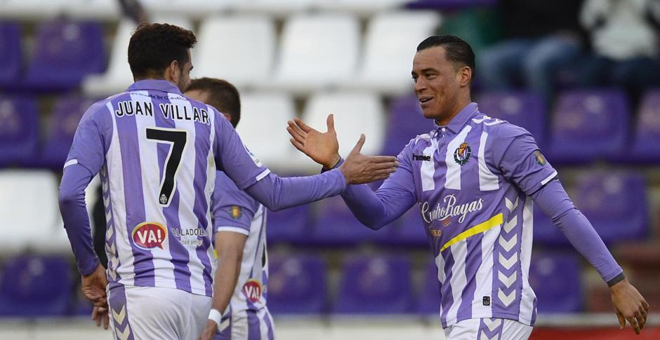 Raúl de Tomás es felicitado por Juan Villar tras el gol de la victoria al Reus Deportiu<em><strong>(LaLiga)</strong></em>