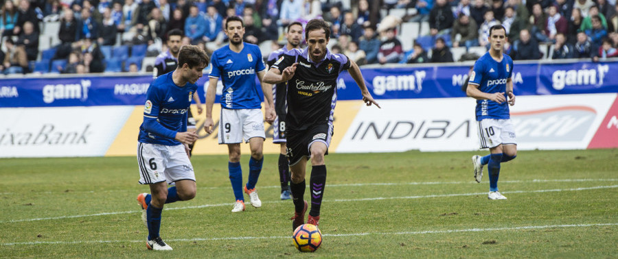 Míchel Herrero conduce un balón en el que fue su regreso al Estadio Carlos Tartiere <em><strong>(LaLiga)</strong></em>