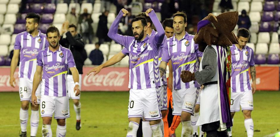 Los jugadores pucelanos celebran el final de la victoria ante el Rayo Vallecano <em><strong>(RealValladolid.es)</strong></em>