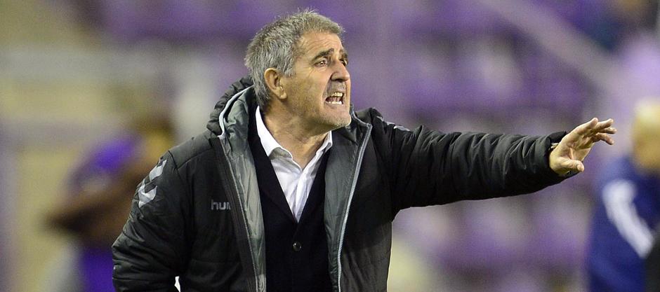 Paco Herrera da indicaciones durante un reciente partido en el Nuevo Estadio José Zorrilla <em><strong>(RealValladolid.es)</strong></em>